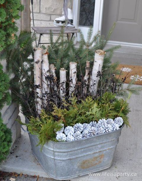 06-a-galvanized-bath-with-evergreens-branches-and-snowt-pincones