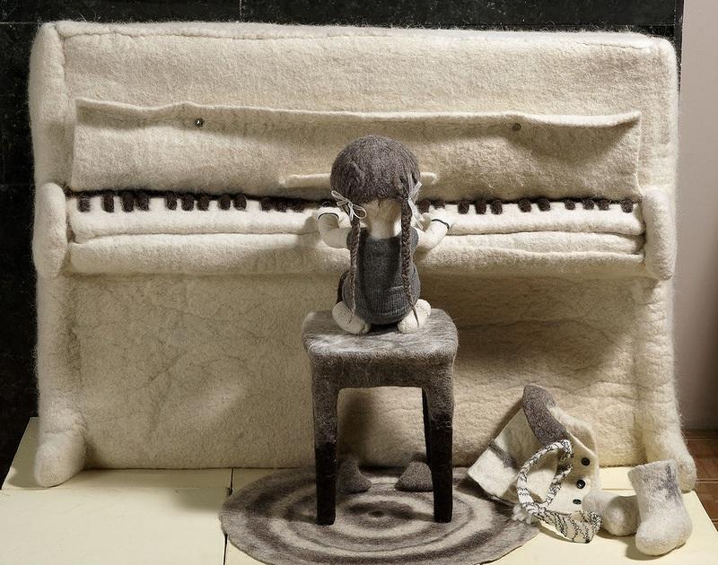 3-devochka-igraet-na-pianino-sdelannom-iz-vojloka