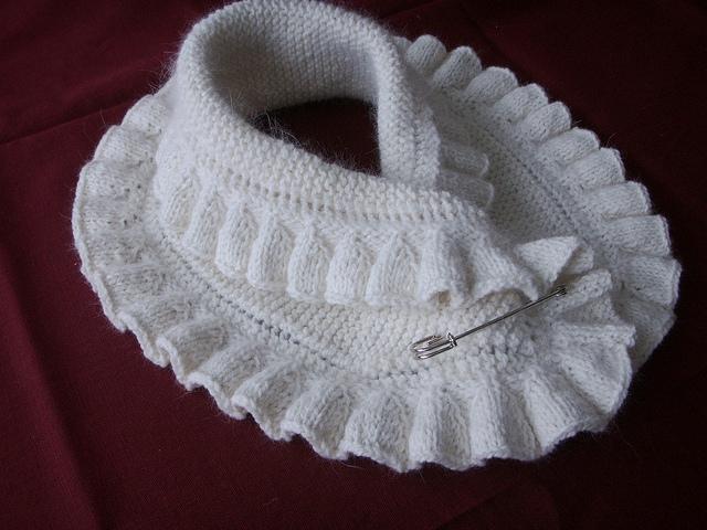 Красивые шарфы-воротники, связанные спицами... Красивое и практичное дополнение в одежде!