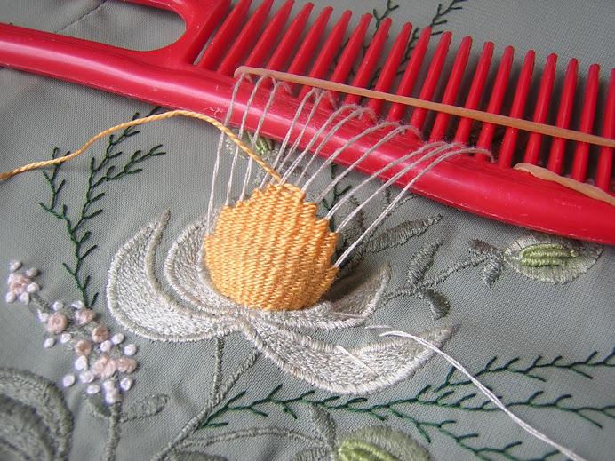 Объемная вышивка на расческе