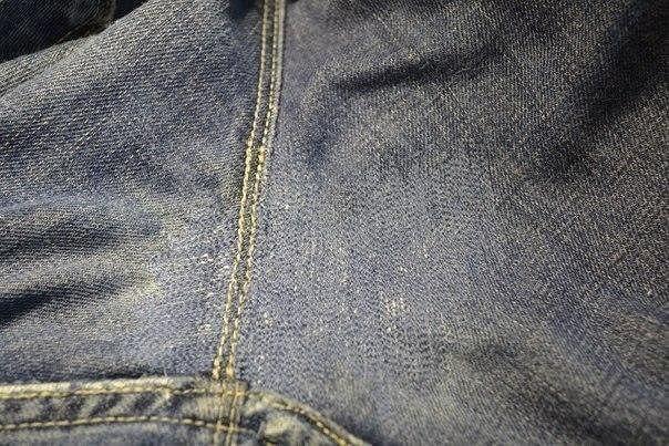 Как заштопать джинсы. Мастер-класс: 1. Имеем небольшую дырочку) 2. С изнанки приклеиваю плотную ... - 7