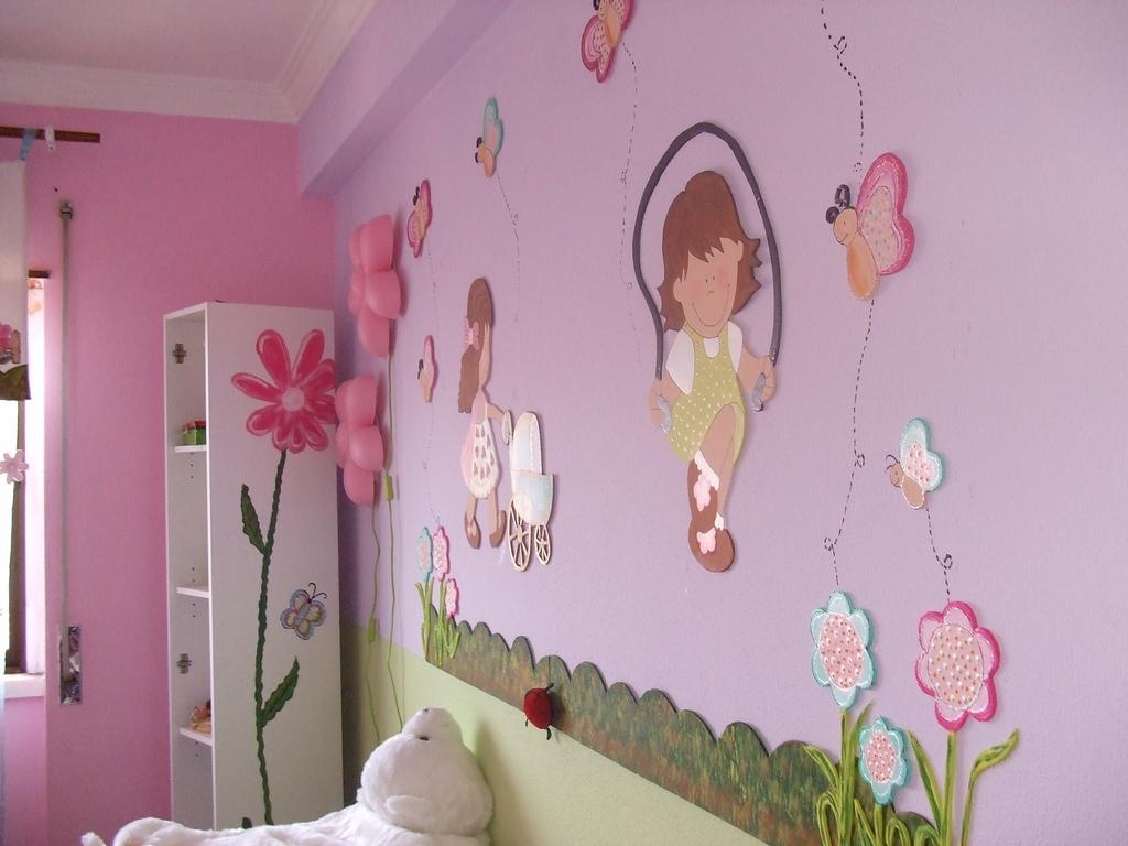 Ведь именно возможность отмыть стены от детских рисунков является порой одним из главных факторов при выборе покрытия.