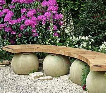 красивая скамейка из дерева и камня