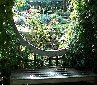 красивый вид на сад с садовой скамейки