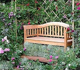 скамейка в беседке оплетенной цветами