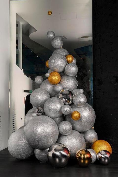елка из елочных шаров