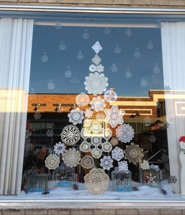 Как украсить окно - вырезаем снежинки
