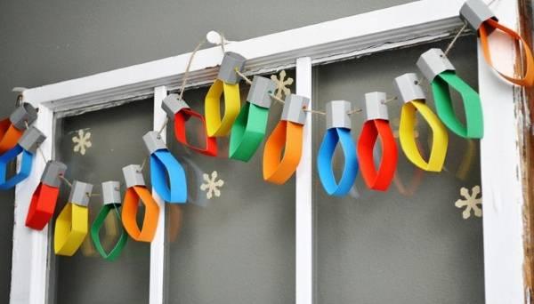 Новогодний декор - простая гирлянда из бумаги на окне