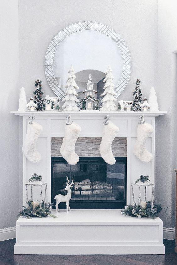 оформление камина на новый год в белом цвете