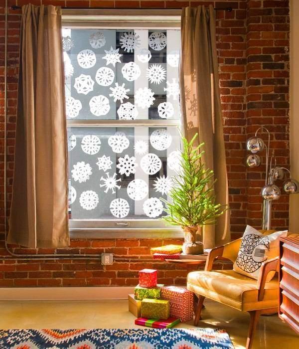 Вырезаем и клеим снежинки на окна к Новому году
