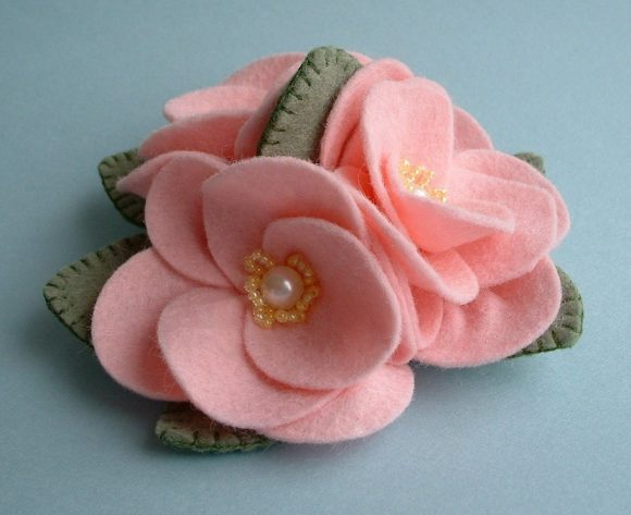 Розовые цветы из фетра