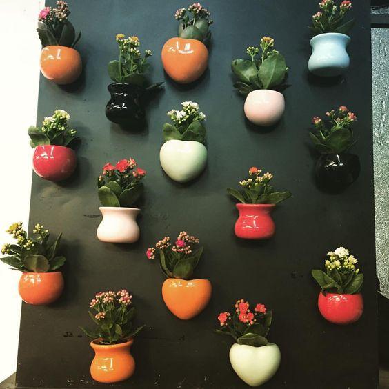 Кашпо разной формы с цветами
