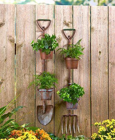 Садовый инвентарь как подставка под кашпо