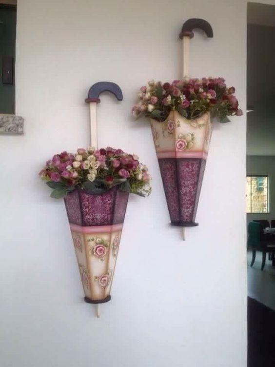 Зонтик вместо кашпо на стене