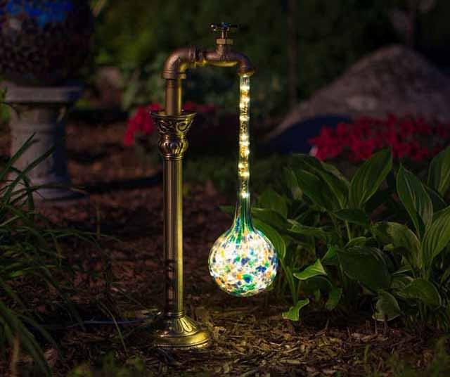 уличный светильник в саду