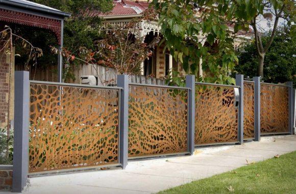 Дизайнерский забор из пластика и металла
