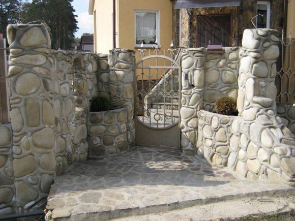 Эффектный каменный забор