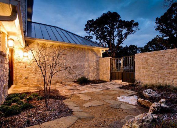 Каменный забор загородного дома