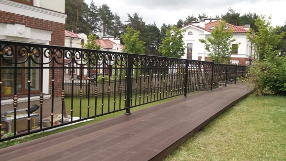 Кованая ограда загородного дома