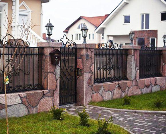 Кованый забор с опорами из природного камня