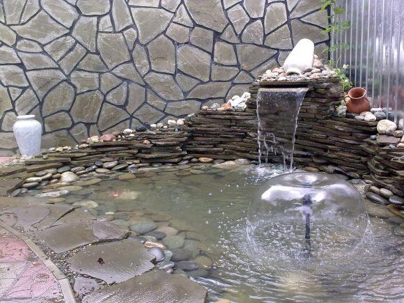 Красивый дачный пруд с водопадом и фонтаном