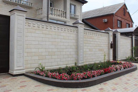 Красивый каменный забор частного дома