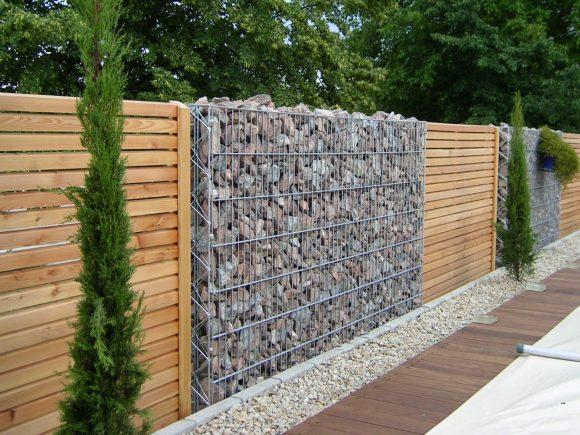Красивый забор из дерева и камня
