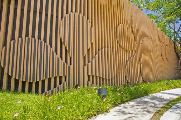 Оригинальный деревянный забор с аппликацией