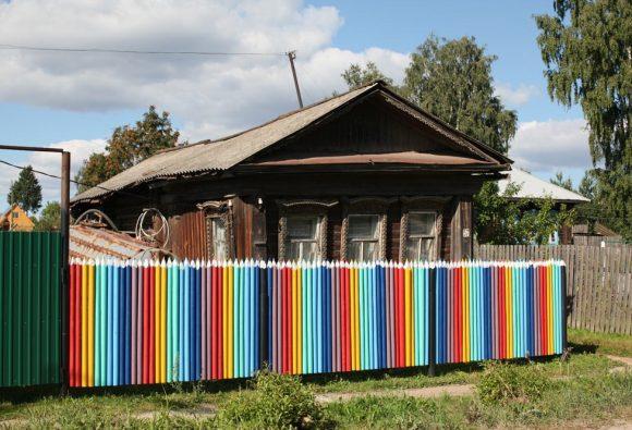 Оригинальный забор из берёзовых стволов