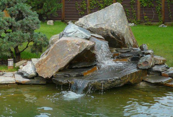 Пруд, декорированный водопадом