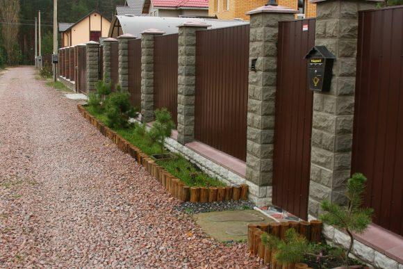 Забор из камня и профнастила