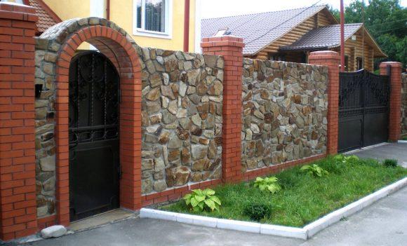 Забор из природного камня и кирпича