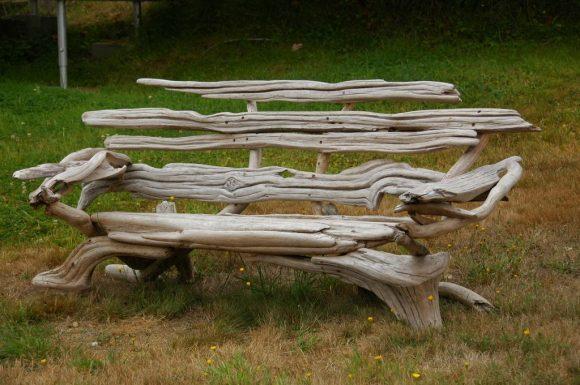 Колоритная садовая скамейка из веток