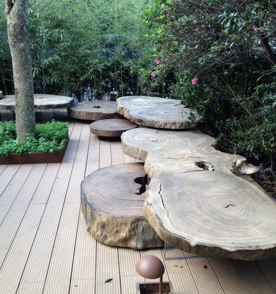 Оригинальная скамейка из среза деревьев