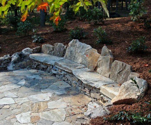 Скамейка из камней в саду