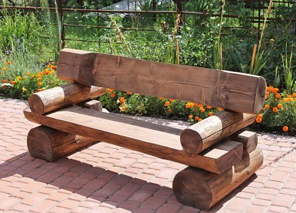 Скамейка из обработанных стволов дерева