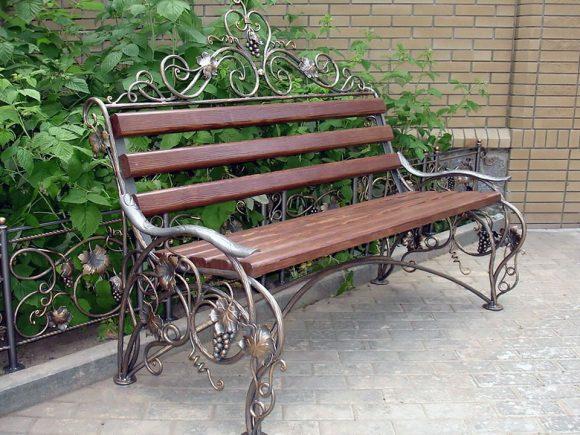 Скамейка на металлическом основании