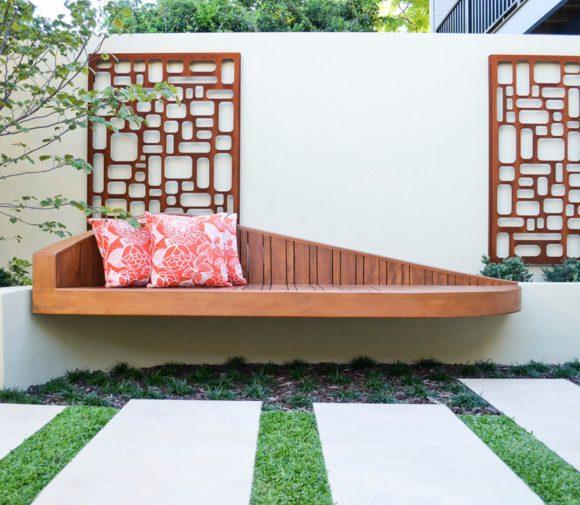 Скамейка, закреплённая на стене загородного дома